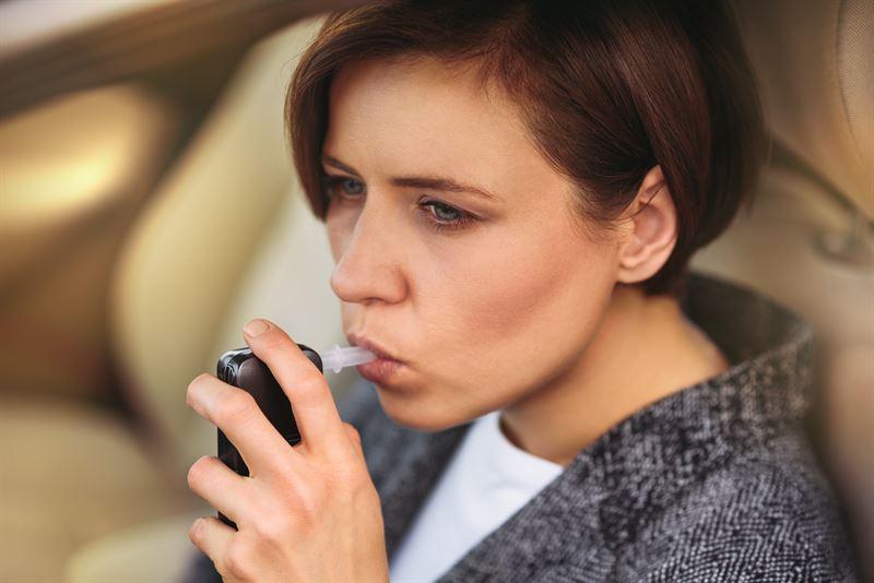 Jak działa alkomat? Samodzielny sposób na określenie stężenia alkoholu we krwi